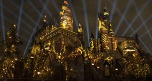 château illuminé à Hollywood