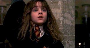 Hermione lève la main dans Harry Potter à l'École des Sorciers